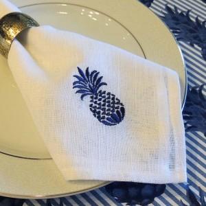 Guardanapo branco linho sintético com bordado abacaxi