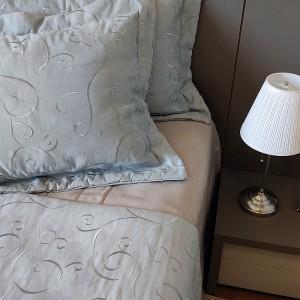 Kit Manta suede azul bordado + porta travesseiro