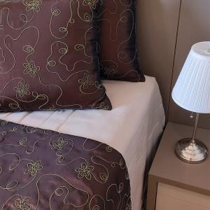 Kit Manta tafetá marrom + porta travesseiro