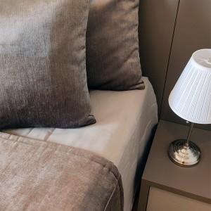 Kit Manta veludo marrom + porta travesseiro